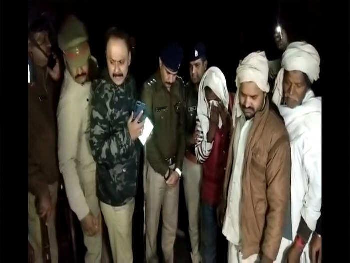 पुलिस पर ग्रामीणों ने बोला हमला