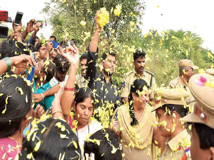 हैदराबाद एनकांउटर के बाद पुलिस पर बरसाए गए थे फूल (फाइल फोटो)