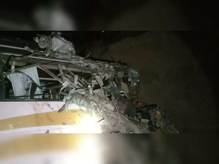 Dausa news : बस- ट्रक में जोरदार भिड़ंत के बाद दोनों वाहन पुलिया के नीचे गिरे, बिहार के 20 से ज्यादा लोग घायल