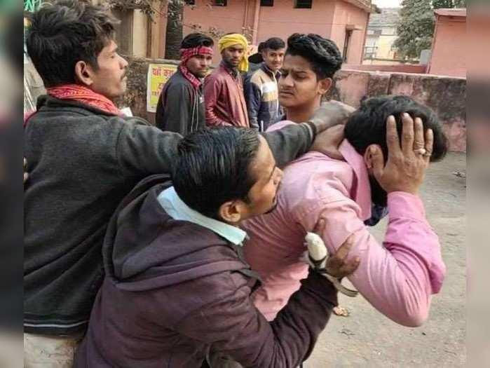 Bhojpur News: छात्र का पर्स छीन कर भाग रहे आरोपी को लोगों ने पकड़ा, फिर बीच सड़क जमकर की पिटाई