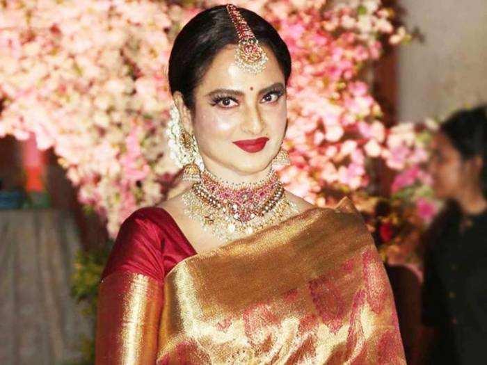 Rekha Looks Gorgeous in Modern Outfit : कांजीवरम साड़ी छोड़ रेखा ने पहन लिए इतने बोल्ड कपड़े, तस्वीरें रातों-रात हो गईं वायरल - Navbharat Times