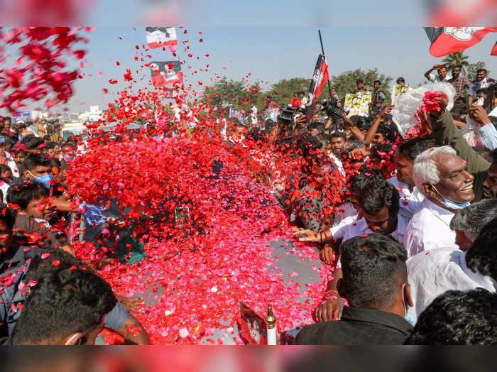 Krishnagiri: Expelled AIADMK leader VK Sasikala is welcomed by her supporters as...