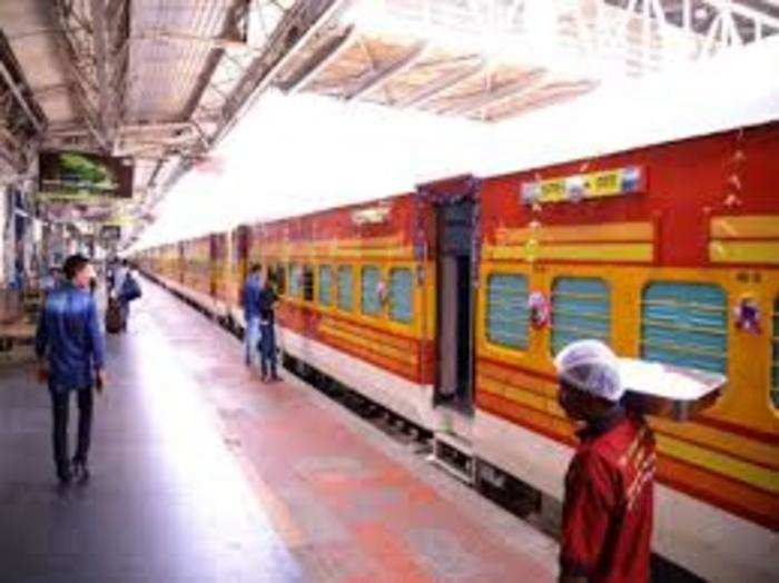 राजधानी एक्सप्रेस नए रूट मुंगेर-जमालपुर-किऊल-पटना के रास्ते साप्ताहिक आनंद विहार टर्मिनल (नई दिल्ली) तक जाएगी।
