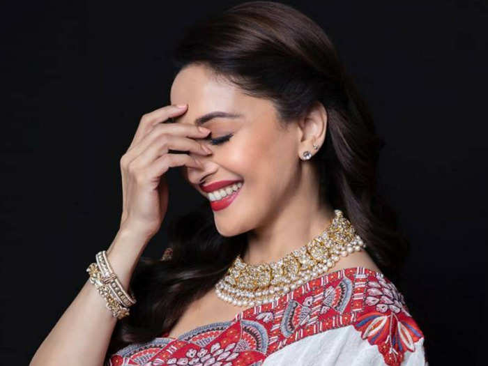 madhuri dixit in black and white saree stuns her fans with beautiful look