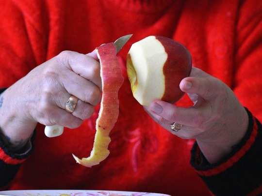 is it better to eat an apple with or without the skin