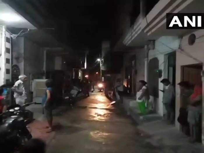 भूकंप के बाद घरों से बाहर निकले लोग