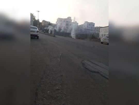 रस्त्याच्या कडेला कचरा जाळला जातो