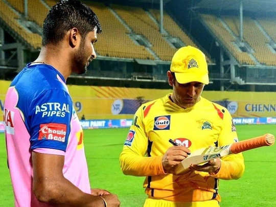 Krishnappa Gautam standing with MS Dhoni (file)