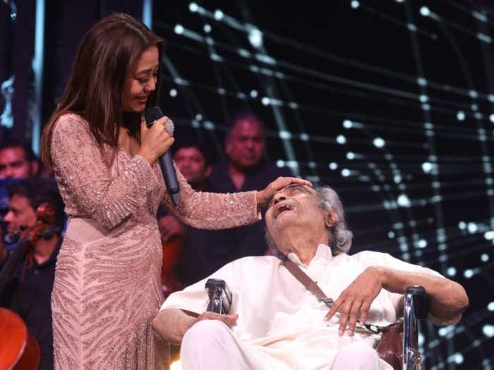 Neha Kakkar donates Rs 5 lakh to veteran lyricist Santosh Anand
