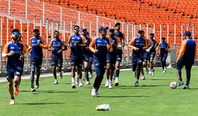 ભારત અને ઈંગ્લેન્ડ વચ્ચે અમદાવાદના નવા બનેલા મોટેરા સ્ટેડિયમમાં ત્રીજી ટેસ્ટ ક્રિકેટ મેચ રમાશે જે ડે-નાઈટ છે. જે માટે બંને ટીમો સજ્જ થઈ રહી છે. અમદાવાદનું સરદાર પટેલ સ્ટેડિયમ નવું બનાવવામાં આવ્યું છે અને તે વિશ્વનું સૌથી મોટુ ક્રિકેટ સ્ટેડિયમ છે. આ સ્ટેડિયમમાં આ પ્રથમ આંતરરાષ્ટ્રીય મેચ રમાશે. ભારતીય જ નહીં પરંતુ ઈંગ્લેન્ડના ખેલાડીઓ પણ આ નવા ભવ્ય સ્ટેડિયમને જોઈને તેની પ્રશંસા કરી ચૂક્યા છે. ભારતીય ક્રિકેટ ટીમે શનિવારે મોટેરા સ્ટેડિયમમાં નેટ પ્રેક્ટિસ કરી હતી. ભારત અને ઈંગ્લેન્ડ વચ્ચે ચાર ટેસ્ટ મેચની સિરીઝ રમાઈ રહી છે. જેની પ્રથમ બે મેચ ચેન્નઈમાં રમાઈ હતી જ્યારે બાકીની બે ટેસ્ટ અમદાવાદમાં રમાશે. ચેન્નઈમાં પ્રથમ ટેસ્ટ ઈંગ્લેન્ડે જીતી હતી જ્યારે બીજી ટેસ્ટમાં ભારતે વિજય નોંધાવ્યો હતો. હાલમાં સિરીઝ 1-1થી બરાબરી પર છે.