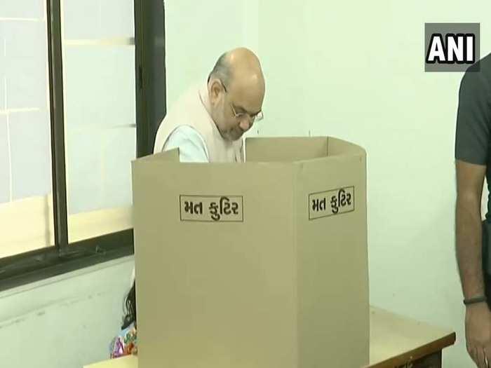 वोट डालते अमित शाह
