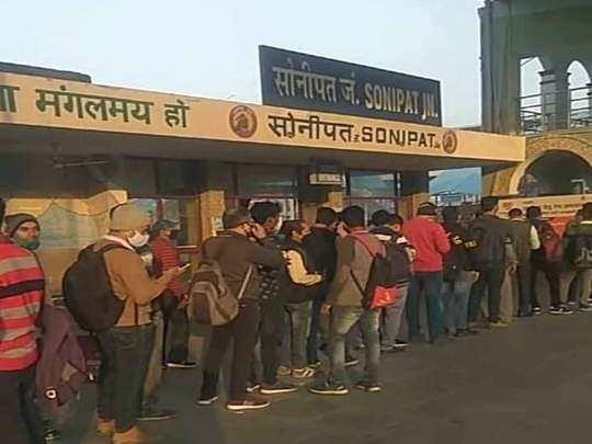 रेलवे के टिकट काउंटर पर लगने लगी लंबी लाइन