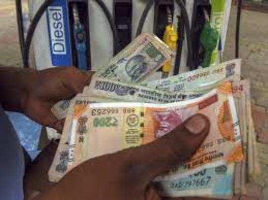 देश में पेट्रोल और डीजल की कीमतें इस समय चरम पर हैं।
