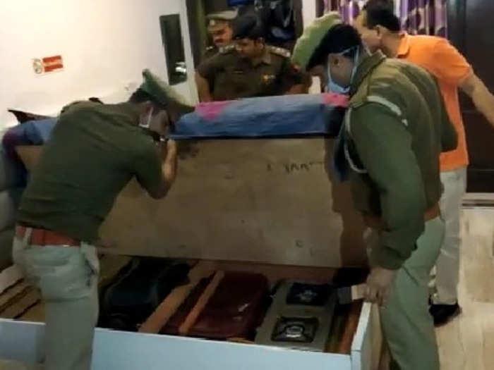 मौके पर जांच करती पुलिस टीम