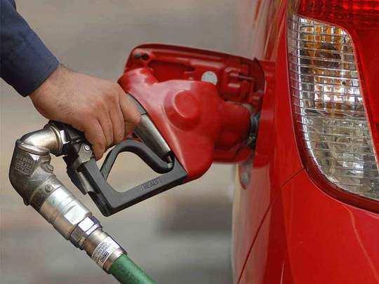 कच्चे तेल में तेज गिरावट से पेट्रोल डीजल स्थिर (File Photo)