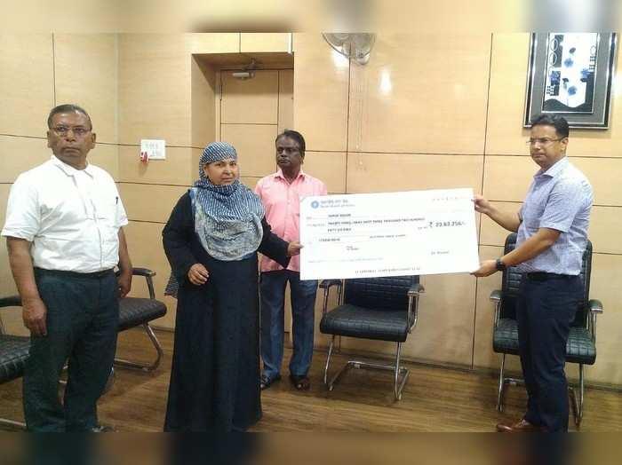 Dhanbad News : ओमान में प्रोजेक्ट मैनेजर की मौत के 21 महीने बाद आश्रित पत्नी को मिला 23.63 लाख का चेक, जानिए क्यों लगा इतना टाइम
