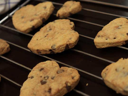 बच्चों को करना है खुश, तो झट से बनाएं वेनिला चोको चिप्स कुकीज