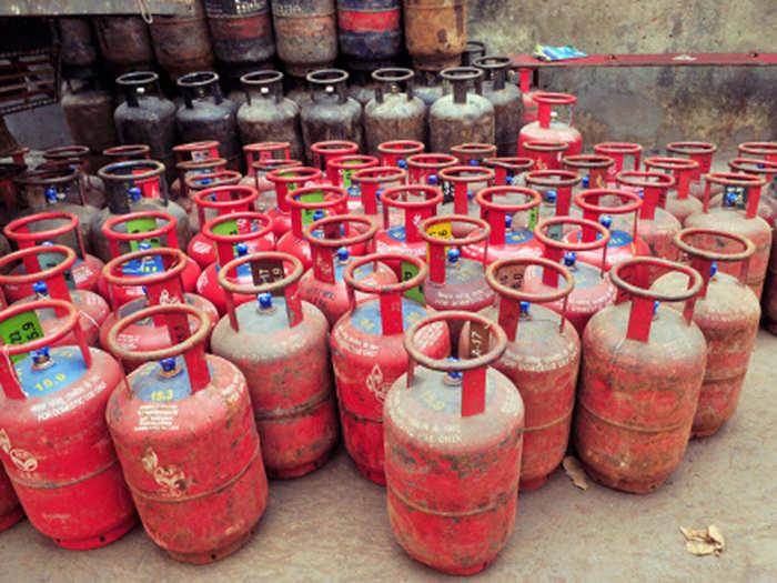 LPG Price Hike: गैस सिलेंडर गया कोने में, फिर से बनाने लगे लकड़ी-गोयठे पर खाना