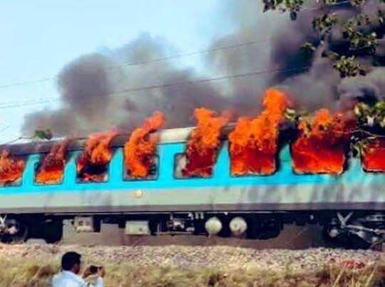 Khaskhabar/दिल्ली-देहरादून शताब्दी एक्सप्रेस की बोगी में अचानक भीषण आग लग गई। हालांकि किसी तरह के हताहत की खबर नहीं है। सभी यात्रियों को सुरक्षित बाहर निकाल लिया गया। आग लगने की वजह शॉर्ट सर्किट बताई जा रही है। कांसरो के