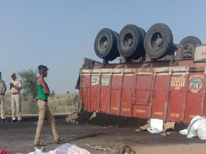 Rajasthan news : बाड़मेर में ट्रेलर व कार में भिड़ंत, कार सवार 4 लोगो की मौत, 2 घायल