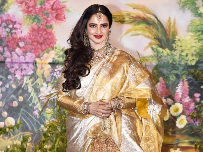 bollywood actress rekha looks stunning in dupatta over saree at deepika padukone ranveer singh reception
