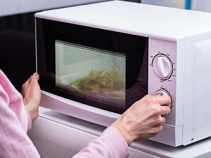 Kitchen Appliances : कम मेहनत में बनेंगे ज्यादा पकवान, घर लाएं नया Microwave Oven