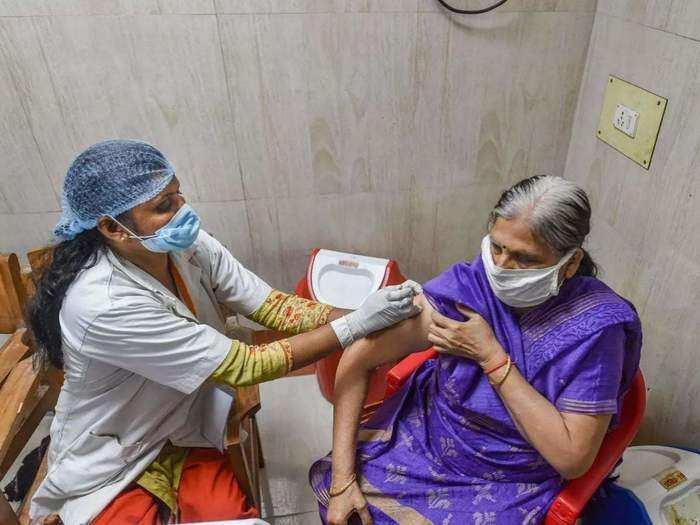 दिल्ली: कोरोना वैक्सीनेशन ड्राइव में सरकारी सेंटरों ने प्राइवेट अस्पतालों को छोड़ा पीछे