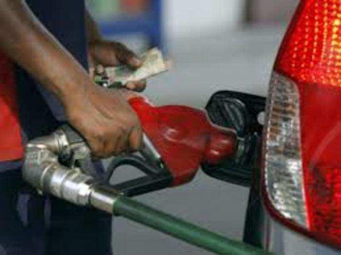 पेट्रोल और डीजल का रेट बहुत दिनों बाद कम हुआ है।