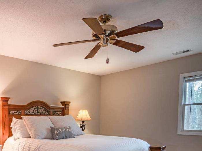 Ceiling Fan : रिमोट से कंट्रोल होने वाले Ceiling Fan से कमरे के कोने-कोने तक पहुंचेगी हवा
