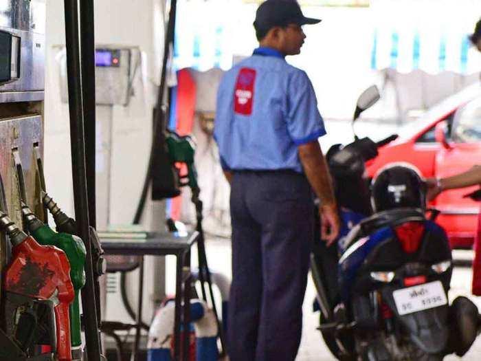 होली के दिन पेट्रोल-डीजल भी मस्त (File Photo)