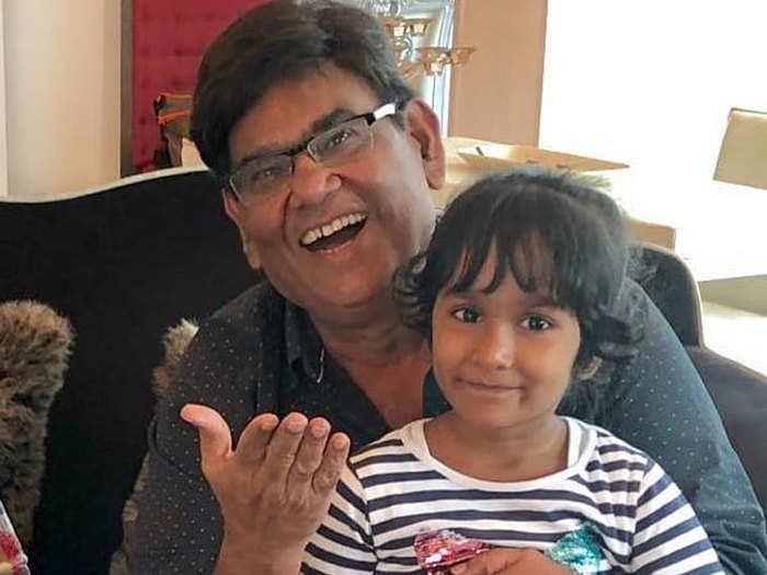 अपनी बेटी वंशिका के साथ सतीश कौशिक (फोटो: viralbhayani Instagram)