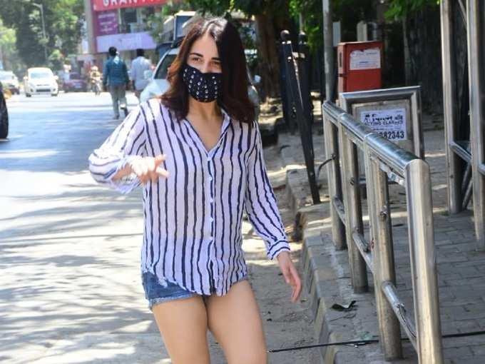 हॉट पैंट्स पहनी राधिका मदन की सिर्फ 6 तस्वीरें और आप इन्हें देखने बार-बार वापस आएंगे