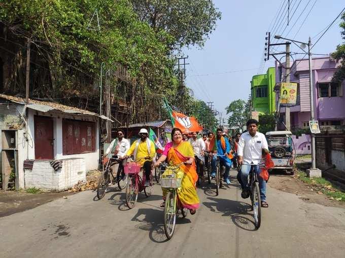 সাইকেল চালাচ্ছেন লকেট, প্রচারে চমক BJP প্রার্থীর
