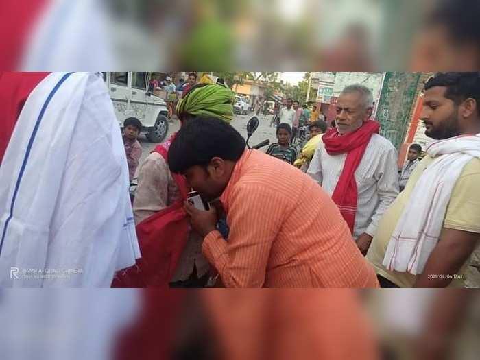 UP Panchayat chunav : वोटरों को रिझाने के लिए गमछा बांट रहे प्रत्याशी खुलेआम उड़ा रहे आचार संहिता की धज्जियां