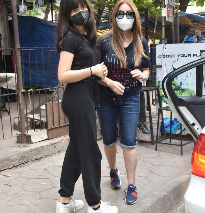 बेटी आर्यना के साथ नजर आईं महिमा चौधरी