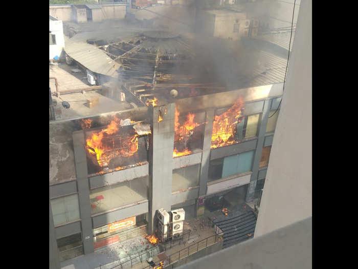 जयपुरिया मॉल में लगी भीषण आग