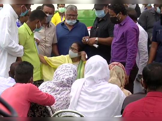 कूचबिहार गोळीबार : ममता बॅनर्जींनी घेतली मृतांच्या कुटुंबीयांची भेट