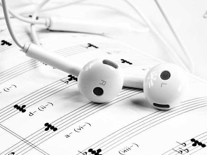 Mobile Accessories : इन स्पेशल Earphones, Neckband और Earbuds की साउंड क्वालिटी है जबरदस्त