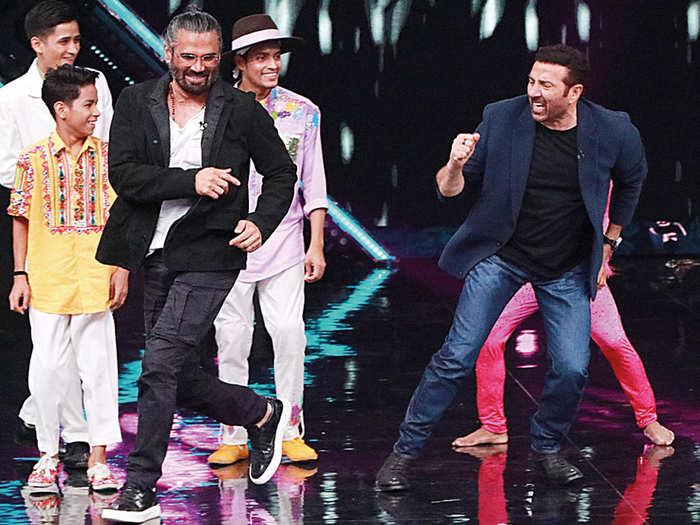 Suniel Shetty and Sunny Deol Shake A Leg on GADAR song