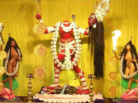 केवळ नवरात्रीच्याच दिवशी मंदिर उघडते, डोक्यावर कापूर लावून देवीची आरती !
