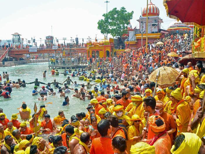 कुंभ में तेजी से फैल रहा कोरोना