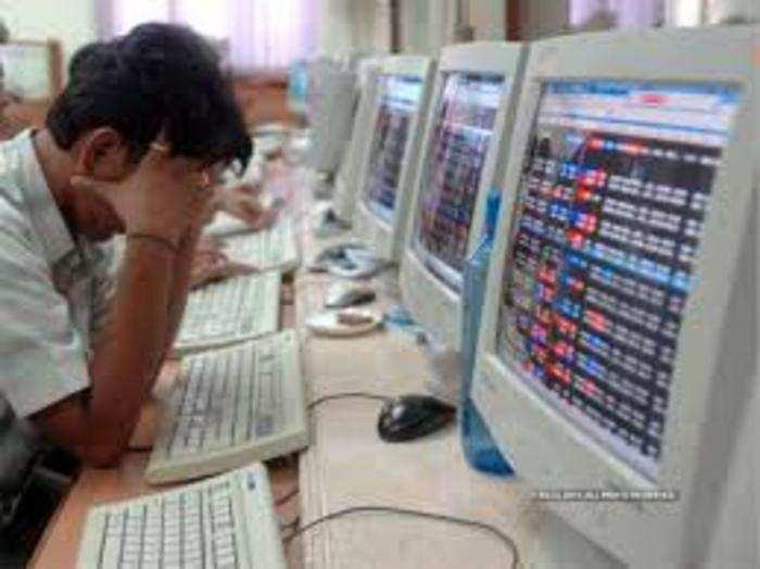 हफ्ते के पहले दिन सोमवार को शेयर बाजार भारी गिरावट के साथ खुले।