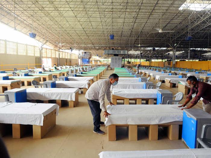 corona delhi live update: 1000 beds are ready in delhi in radha swami and akhsardham covid center drdo hospital and train coach