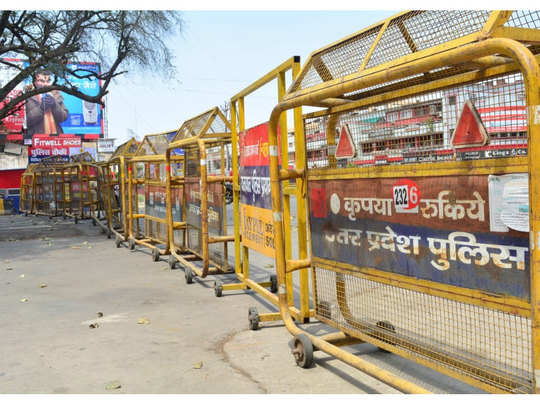 Khaskhabar/प्रयागराज एडीएम सिटी अशोक कनौजिया ने बताया कि इन इलाकों में ज्यादा मरीज सामने आने की वजह से सील किया गया है। जरूरी चीजों को छोड़कर बाकी सब चीजों पर पाबंदी लगाई गई है। अगर इन इलाकों में बैंक और स्कूल है