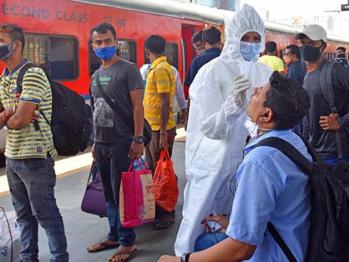 रेलवे स्टेशन पर हो रही कोरोना जांच