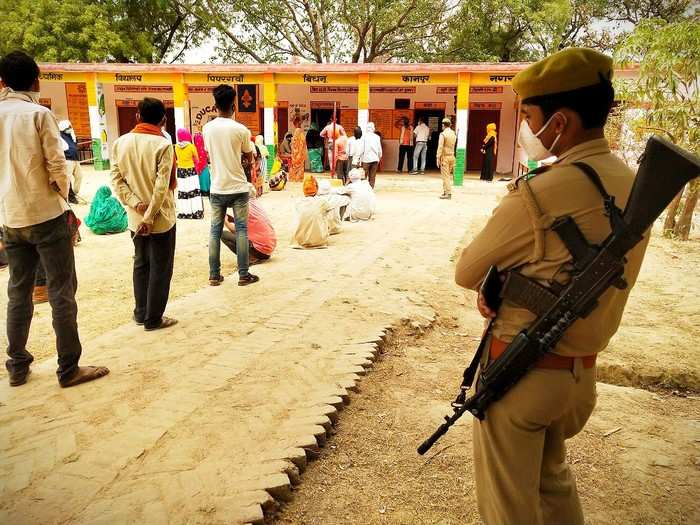 UP Panchayat Chunav: कानपुर के बिधनू ब्लॉक में पंचायत चुनाव को लेकर वोटिंग शुरू, समर्थकों ने मतपेटी में भरा था पानी