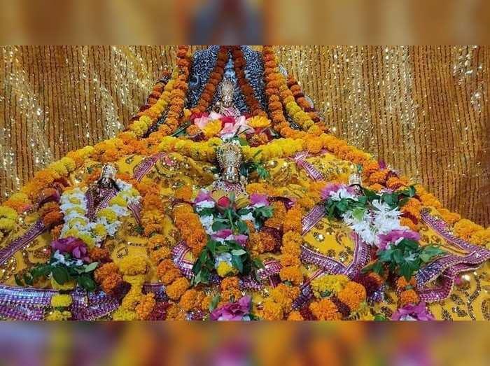राम नवमी पर अयोध्या में रामलला को पहनाया गया सोने का मुकुट