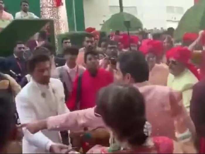 आकाश अंबानीच्या लग्नातील व्हिडीओ आला समोर, शाहरुखची अवस्था पाहून युझर्स म्हणाले...