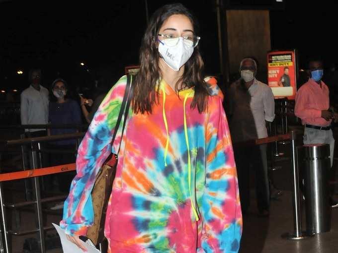 रंग-बिरंगे कपड़े पहन अनन्या पांडे दिखीं मां के साथ, कंधे पर नजर आया लाखों का बैग
