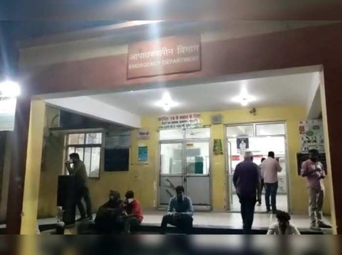 स्वाथ्य मंत्री जेपी सिंह के प्रभार वाले सुलतानपुर में घंटों महिला को नहीं मिला ऑक्सीजन, इमरजेंसी के बाहर फर्श पर बैठाकर होता रहा इलाज